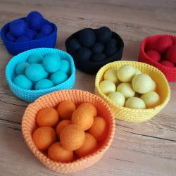 Hand made wool balls with bowls – counting and sorting